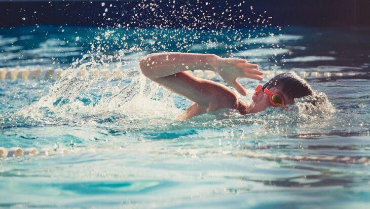 παιδί δραστήριο κολύμπι